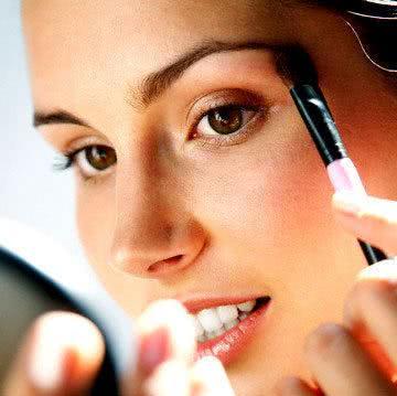 curso-de-automaquiagem-mulher-se-maquiando