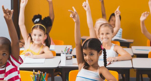 criança-sorridentes-na-sala-de aula-matricula-2021